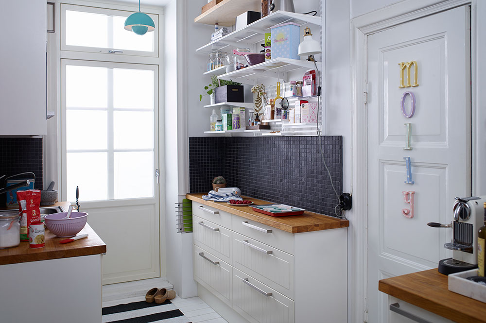 Kitchen with open shelves with a cosy feel
